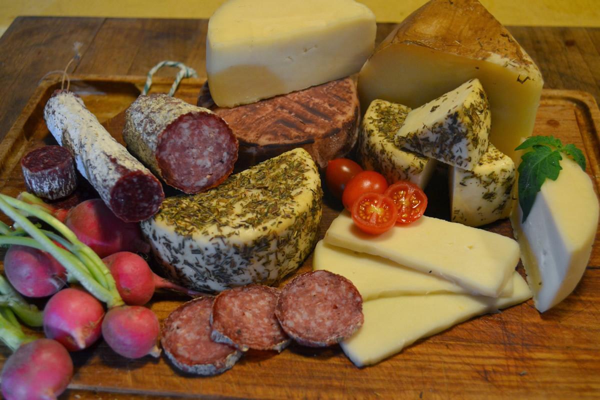 Disfrute de los quesos y embutidos